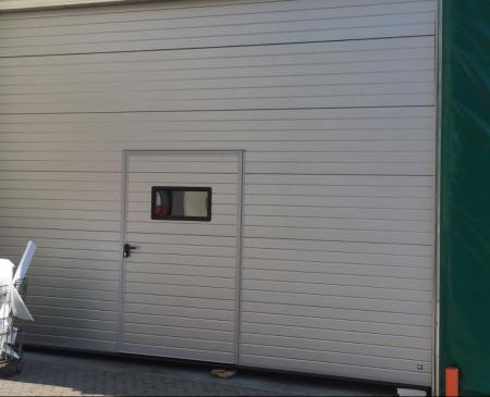 Installazione di nuova porta sezionale industriale presso Ava Food di Talamona: Immagine Elenchi